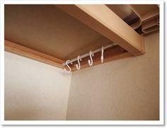 「クローゼット」や「押入れ」のデッドスペースを有効活用。棚板の下に「ツッパリ棒」とフックを使ってハンガー掛に!