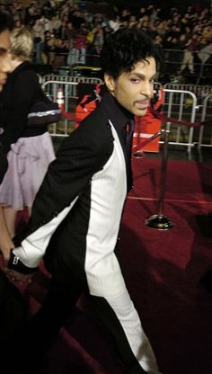 "Musical artist Prince arrives for the premiere of ""Ocean's Twelve,"" at the Grauman's Chinese Theatre in the Hollywood section of Los Angeles, Wednesday, Dec. 8, 2004. (AP Photo/Chris Pizzello)"