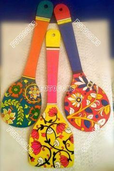 Buy and Sell online Indian Fine arts and Handicrafts, Paintings,… – Fotocons C… Achat et vente en ligne Beaux-Arts indiens et artisanat, Peintures, … – Fotocons Co. Diy Crafts For Home Decor, Diy Arts And Crafts, Creative Crafts, Wooden Spoon Crafts, Wooden Art, Wooden Plates, Bottle Painting, Bottle Art, Art Indien