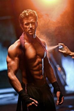 Hrithik Roshan pushes his body to the extreme, shoots an ad within 21 hrs (view pics) Sexy Asian Men, Sexy Men, Hot Men, Gym Motivation Pictures, Hrithik Roshan Hairstyle, Sr K, Hommes Sexy, Bollywood Stars, Bollywood News