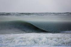 tilestwra.gr   Πάγωσαν τα κύματα έτσι όπως έβγαιναν στην ακτή! Ένα φαινόμενο που δεν έχει ξαναγίνει!