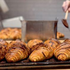 Lust auf #Frühstück? 🥐 Ma - guat!!! #croissant, #breakfast, #nougat, #schokolade, #naschkatze, #sweet, #patisserie, #konditorei, #genuss, #freude, #wienerroither, #maguat Start The Day, Croissant, Cake Shop, Glee, Brot, Chocolate, Food Food, Bakken, Crescent Roll