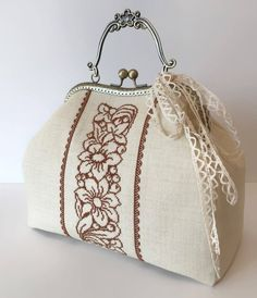 Handbag with Handle in Bronzed Metal Embroidery Cross stitch Flowers Rose . Mode Vintage, Vintage Bags, Big Purses, Purses And Bags, Cross Stitch Embroidery, Hand Embroidery, Boho Crochet Patterns, Quilted Tote Bags, Frame Purse