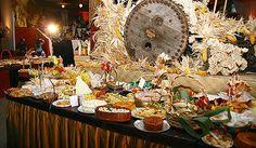 Mesa com bolos e salgados