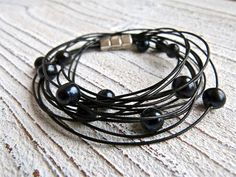 Bracelet of black leather with freshwater pearls and a magnetic closure by Charmecharming 29,50 €
