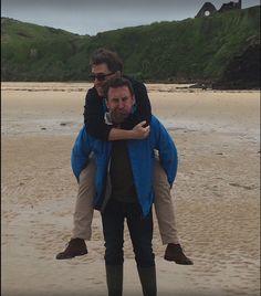 Lee Mack and Rob Brydon having fun on the beach wonder where David Mitchell is ? maybe taking the pic Lee Mack, Jon Richardson, Rob Brydon, British Comedy, British Humor, David Mitchell, Funny People, Funny Things, Funny Stuff