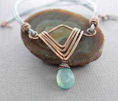 Collar Art Decó en cobre con briolette de Calcedonia por IngoDesign