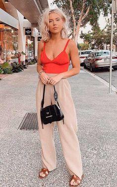 #GuitaModa. Regata vermelha, calça de alfaiataria bege, tons terrosos, rasteirinha marrom.