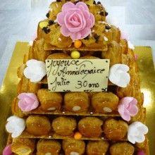 Pièce montée en choux traditionnels et roses pour anniversaire