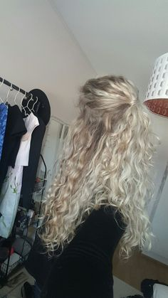 Naturally curly hair hairstyle - - Haare Frisuren Naturally curly hair hairstyle - New Site Curly Hair Styles, Natural Hair Styles, Blonde Curly Hair Natural, Natural Wavy Hairstyles, Blonde Curls, Natural Perm, Blonde Hair Perm, Blonde Curly Hairstyles, 80s Curly Hair