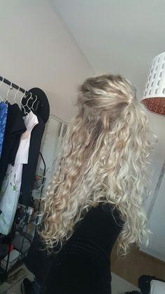 Naturally curly hair hairstyle - - Haare Frisuren Naturally curly hair hairstyle - New Site Curly Hair Styles, Natural Hair Styles, Blonde Curly Hair Natural, Natural Wavy Hairstyles, Short Hairstyles, Blonde Curls, Wedding Hairstyles, Blonde Curly Hairstyles, Blonde Hair Perm