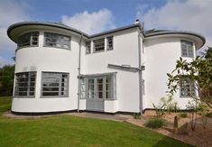 On the market: Cranworth art deco property in Quarndon, Derbyshire - WowHaus Bauhaus Architecture, Classic Architecture, Architecture Plan, 1930s House Renovation, Paved Patio, Cottages And Bungalows, Art Deco Movement, Streamline Moderne, Curved Staircase