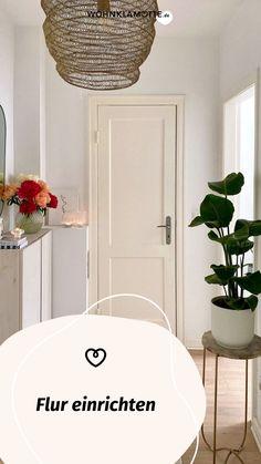 Der erste Eindruck zählt. Geht es aber um den Flur, schenkst Du diesem vielleicht zu wenig Bedeutung. Eine spärliche Garderobe, eine Schuhablage und fertig ist das Willkommenszimmer für Schmutz und Nässe. Das geht auch anders. WOHNKLAMOTTE zeigt Dir, wie Du den Flur optimal nutzt und ansehnlich gestaltest! Mirror, Furniture, Home Decor, Huge Closet, Corridor, Seating Areas, Cloakroom Basin, Decoration Home, Room Decor