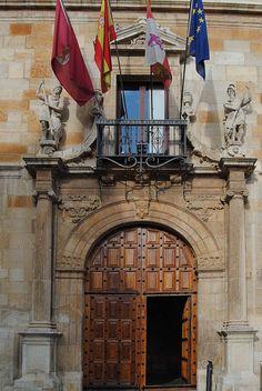 Palacio de los Guzmanes by elenafd, via Flickr