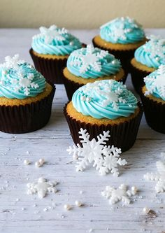 cupcakes inspired by the movie Frozen. My nieces are super excited to see this movie, these cupcakes would put them over the top. Bolo Frozen, Tarta Fondant Frozen, Frozen Cupcakes, Yummy Cupcakes, Cupcake Cookies, Vanilla Cupcakes, Simple Cupcakes, Themed Cupcakes, Disney Frozen Party