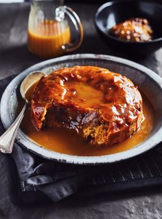 Make this cozy sticky toffee pudding recipe right in your RICARDO electric pressure cooker or Instant Pot. Make this cozy sticky toffee pudding recipe right in your RICARDO electric pressure cooker or Instant Pot. Pudding Au Caramel, Chocolate Pudding Cake, Chocolate Cheesecake, Blueberry Bread Pudding, Cake Preparation, Biscuits Graham, Ricardo Recipe, Toffee Sauce, Sticky Toffee Pudding