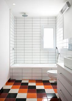 ואחרי: קירות לבנים, רצפה צבעונית ( צילום: שי אפשטיין )