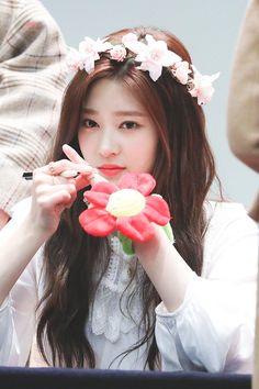Cre: on pic Cute Korean Girl, Asian Girl, Kpop Girl Groups, Kpop Girls, Sana Momo, Yu Jin, Little Bit, Japanese Girl Group, Pop Idol
