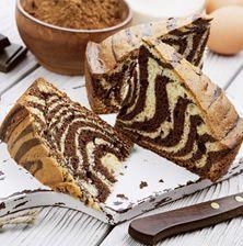 Ένα υπέροχο κέικ για το πρωινό ή απογευματινό καφέ, με χαριτωμένες λευκές και σοκολατένιες ρίγες. Μόλις μάθετε το κόλπο θα το φτιάχνετε στο λεπτό!