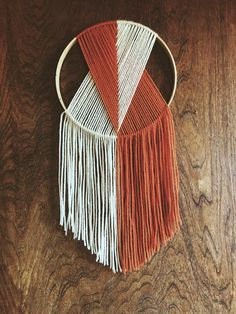 Perfect Macrame Design Ideas – Knitting And We wall DIY Macrame Wall Hanging Diy, Macrame Art, Macrame Projects, Macrame Knots, Yarn Projects, Diy Yarn Decor, Diy Home Crafts, Arts And Crafts, Yarn Wall Art
