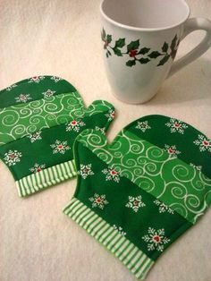 Set of 2 Celebrate the holidays and the winter season with this fun pair of mittens mug rugs/coasters featuring pretty snowflake fabric in red, green, or blue. (Other colors available upon request, though they may not feature snowflakes. Mini Quilts, Small Quilts, Christmas Mug Rugs, Christmas Coasters, Christmas Quilting, Christmas Sewing Projects, Mug Rug Patterns, Quilt Patterns, Leaf Patterns