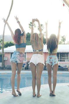I wanna do a summer photo shoot with my friends :3