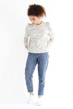 Patron de couture en pdf du sweat-shirt LION par I AM Patterns. Ce sweat-shirt a une patte de boutonnage au col et des manches bouffantes. Collection I AM Wild.