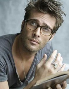 Rodrigo Guirao Díaz - Yeah, if you can pull off this look and still steam up the lens. Cool Hairstyles For Men, 2015 Hairstyles, Haircuts For Men, Hairstyle Ideas, Medium Length Mens Haircuts, Messy Hairstyle, Men's Haircuts, Look Man, Wearing Glasses