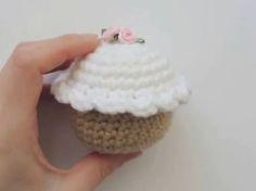 Un cupcake a uncinetto facilissimo da fare con la tecnica amigurumi.  Il Video Tutorial è in inglese ma anche chi non è pratica della lingua non ha problemi… …anzi, siccome è davvero semplice, c