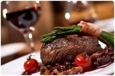 Beef steak in wine sauce.This recipe will help you prepare a delicious dinner surprisingly quick and easy! To make sure your steak to get the perfect, use a heavy cast-iron skillet. Grilled Beef Tenderloin, Sirloin Steaks, Rump Steak, Steak Recipes, Wine Recipes, Grilling Recipes, Escapade Gourmande, Grill Restaurant, Restaurant Restaurant