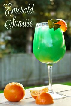 Emerald Sunrise Drink Forget the green beer! Patrick's Day in style with an Emerald Sunrise - a beautiful spin on a Tequila Sunrise. Tequila Sunrise, Sunrise Drink, Sunrise Cocktail, St Patrick's Day Cocktails, Cocktail Drinks, Fun Drinks, Yummy Drinks, Cocktail Recipes, Beverages