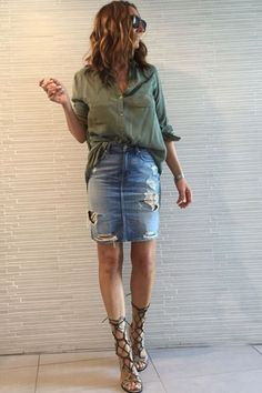 36 Stylish Street Style Looks To Update You Wardrobe - Luxe Fashion New Trends Long Denim Skirt Outfit, Ripped Denim Skirts, Casual Skirt Outfits, Trendy Outfits, Cool Outfits, Fashion Outfits, Denim Shorts, Stylish Street Style, Street Style Looks