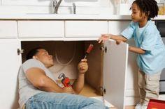 ¿Has notado que la tubería o cañería de tu hogar desprenden un olor desagradable y su desagüe es mucho más lento? Conoce las maneras de destapar la tubería. http://hogar.linio.com.mx/tips/como-destapar-la-tuberia/