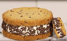 Si os apetece sorprender a vuestros invitados con un helado que no se van a terminar, aquí tenéis una idea, podéis ver en vídeo cómo hacer un sándwich helado gigante, con consejos para montarlo y darle un acabado de lo más apetitoso. Puede ser un helado de vainilla con cookies de chocolate o de los sabores que más os gusten.