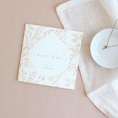 Doux et fleuri, ce modèle sublimera un baptême printanier... ✨ Gravure, Place Cards, Creations, Place Card Holders, Collection, Floral, Paper Mill