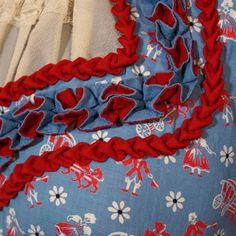 Wunderschönes altes 50er Jahre Dirndl aus blau rotem Dirndlstoff, am Ausschnitt mit prächtigen handgemachten Borten verziert. Es hat einen herausnehmbaren Einsatz aus Spitze, um allzu tiefe Blicke...