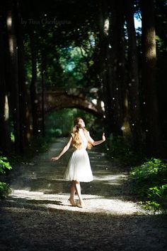 De Liefde wandelt op een weg door een bos. Ze neemt alles in haar op. De bladeren die ritselen, de dieren die voorbij razen en de wind die in haar haren blaast. De Liefde is rustig, beheerst en soepel qua bewegingen. Op een gegeven moment, na heel wat na te denken, verandert haar houding en wordt ze moe.