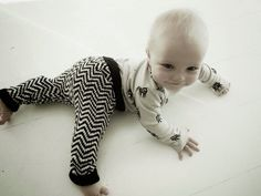 """Lämmin ilo -blogista löytyy ohje veikeisiin, neulottuihin siksak-kuvioituihin """"Babypantseihin"""". Lankana ohjeessa on Novita Bambu, mutta voisi varmasti soveltaa myös Novita Nalle, Novita Wool tai Novita Ipana -langoilla."""