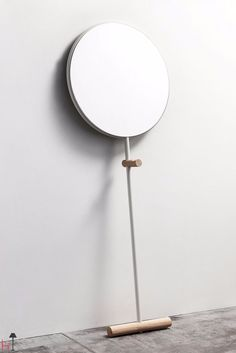 Simply leaning against the wall, this refined mirror is suitable for any part of your home.