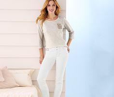 Jeans für 34,95€ -   Die Hose ist aus bequemer Baumwoll-Stretch-Qualität und hat einen glitzernden Zierbesatz an der Tasche.