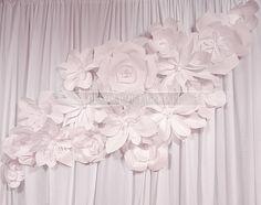 Papierowe kwiaty z tektury falistej do dekoracji ściany