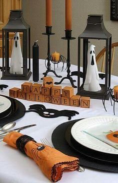 Halloween is simply enjoyable and frivolity. If you prefer cute decor this Halloween, then you've got to look at this out. With every one of the festivities it can be challenging to bear in mind that Halloween is right around the corner. Spooky Halloween, Halloween Tisch, Theme Halloween, Halloween Dinner, Halloween Home Decor, Halloween House, Holidays Halloween, Vintage Halloween, Halloween Crafts
