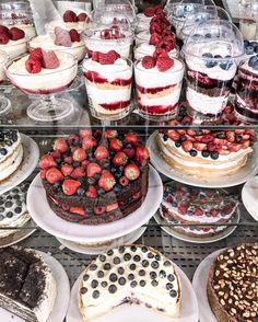 P o l i n a | П о л и н а (@polabur) Instagram photo 2016-11-20 11:29:01 When choosing is too hard, I end up not choosing anything what would you choose? когда выбор слишком большой, то я ухожу ни с чем, а вы бы что выбрали? #moscow #cakes #dessert