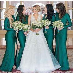 Madrinha de verde e em vestido com mangas Achei elegante e super diferente!!✨ #casamentos #madrinhasdecasamento #noivasbrasilia #madrinhas #noivasbsb #blogcasamento