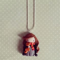 Collier Hermione l'apprentie sorcière et son doudou Pattenrond : Collier par madame-manon Crea Fimo, Fimo Clay, Polymer Clay Crafts, Biscuit, Polymer Clay Disney, Harry Potter Props, Bookmarks For Books, Potters Clay, Clay People