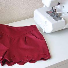 {La folie des festons ❤️ Mon nouveau short châtaigne est presque fini, il ne manque plus que les coutures à la main.... le plus long! // My new pair of shorts is almost ready! I can't wait to wear it } #memadeeveryday #sewingblogger #ddchataigne #deeranddoe