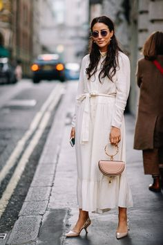 The best street style from London Fashion Week Spring/Summer Styling tip: Pair creamy whites with blush. The best street style from London Fashion Week Spring/Summer London Fashion Weeks, London Fashion Week Street Style, Cool Street Fashion, Street Chic, Look Fashion, Spring Fashion, Womens Fashion, Fashion Trends, Cheap Fashion