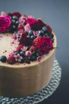 simple chocolate cake with berries and fresh flowers - Kuchen Geburtstag - Cake Design Pretty Cakes, Beautiful Cakes, Amazing Cakes, Cake Recipes, Dessert Recipes, Dessert Food, Creative Cakes, Cakes And More, Let Them Eat Cake