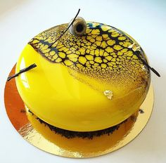 Mirror cake in black and yellow - Miroir jaune et noir (mirror glaze recipe) Beautiful Desserts, Beautiful Cakes, Amazing Cakes, Mirror Glaze Recipe, Mirror Glaze Cake, Fancy Cakes, Cute Cakes, Decoration Patisserie, Chocolate Art