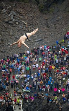 Alain Kohl de Luxemburgo se lanza desde la plataforma de 27,5 metros en el Blue Lagoon en Pembrokeshire, Gales, durante la primera ronda de la sexta parada del Red Bull Cliff Diving World Series (Romina Amato/AP)